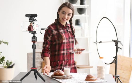 近日,国内知名麦克风品牌BOYA博雅新推出2.4G数字无线麦克风BY-WM4 PRO,在实现高品质双通道拾音的同时,体型轻巧便于携带,且配对简单易用,非常适合内容创作、视频录制、面对镜头或登台演出、视频播客、视频分享、流媒体等。